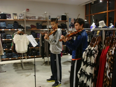 Shoppers enjoyed live music at National Jean Company during the Arts Stroll & Shop.